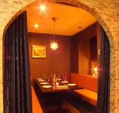 人気のかまくら個室には、イタリアの可愛らしいお皿が飾られ、あたたかみのある空間となっております。周りを気にせずワイワイと楽しみたい女子会やお子様連れのファミリーでのご利用にオススメのお席です。