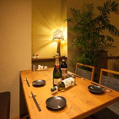 観葉植物や間接照明が飾られた店内は焼き鳥屋さんとは思えないオシャレな空間!