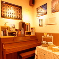 レトロなピアノはご自由にお使いください☆ 【飲み放題/歓送迎会/ランチ/ビール】