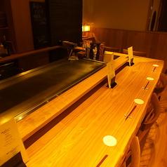 鉄板で調理している場面を見ながら食事を楽しめるカウンター席。目の前での調理は食欲をそそること間違いなし。