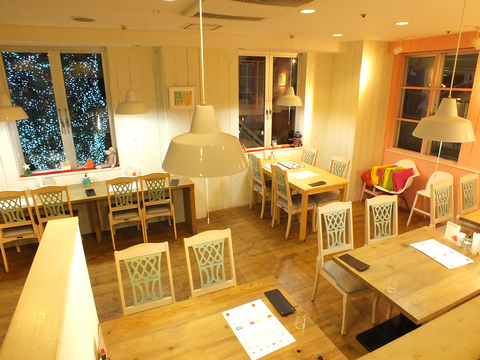 海を眺めながら寛げるカフェ♪北欧風の可愛いインテリアと素敵な景色の癒し空間です。