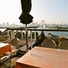 ランチタイムのテラス席は、心地よい潮風が吹き抜け日当たりも良く暖かい♪
