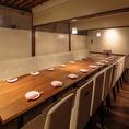 こちらのお席は4名~10名様用の個室。大人の宴会にもピッタリの、上質感が漂う落ち着いた空間です。接待やご家族のお食事などにもご利用いただけます。椅子席ですので、お子様からご年配のお客様までリラックスしたひと時をお過ごしいただけます。