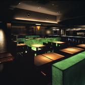 【2~20名】中央テーブル席大きな鏡に照らされ映し出されるお席。席同士の間隔は広めにとってあります