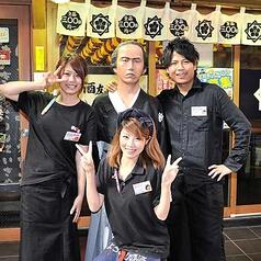 店内入り口は龍馬と元気なスタッフがお出迎えいたします!駅からも近くて便利♪お客様のひとときを最高のひとときに…スタッフが全力でおもてなしいたします♪