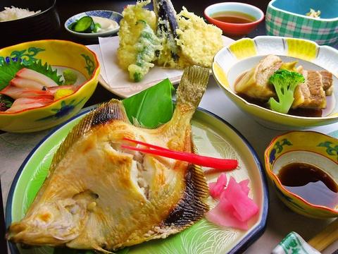 幅広い旬の地魚料理を味わえる。日本酒の種類も豊富で、宴会もできる料理屋。