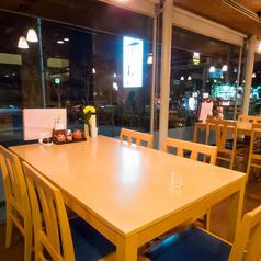 開放感のある窓際のテーブルは4名様までご利用いただけます。ランチや少人数でのディナーなどに使い勝手◎ランチの種類も豊富にご用意しております!