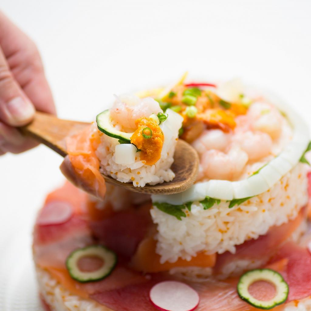 特製【寿司ケーキ】で大切な日をお祝いしませんか?寿司ケーキ込の飲放題付コースはクーポンで4500円