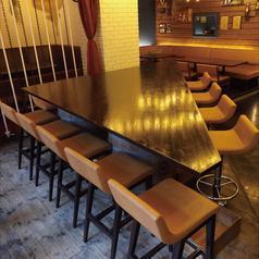 【お一人様からデート、宴会まで】店内真ん中に位置する巨大な三角テーブル…通常は2名様や4~5名様でお使い頂く事が多いお席ですが、11~15名様でぐるりと囲んで頂く使い方も可能です。(詰めて頂いても最大約16名様)普段は中央にオブジェを置いておりますが、団体様でお使い頂く際は写真のような状態にさせて頂きます。