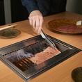 当店ではご接待でも安心してご利用いただけるよう、すべてのお肉を担当の焼き師がお客様の前で一枚一枚丁寧に焼き上げて提供しております。