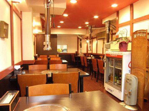 【1F】ランチタイムは近隣のサラリーマンで賑わいます!新しい店内だから、気持ちよく食事を楽しめます!