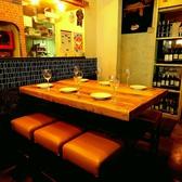キッチン横のおしゃれなテーブル席はお食事やワインが進むこと間違いなし☆