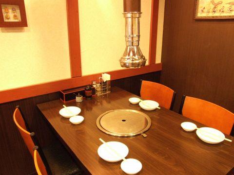 【テーブル】4名程度のお食事にちょうどいいテーブル席。ロースター付なので煙や匂いも気になりません★