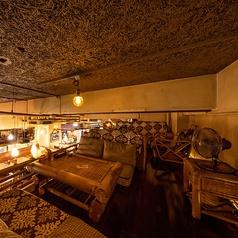 オールドハワイアンを感じさせる落ち着いた照明にゆったり大きなソファの2F半個室席。ロフト席で独立したつくりになっておりますので、周囲を気にせずプライベート感覚でお食事をお楽しみ頂けます。合コンや女子会にご利用下さい。 ※半個室になります。
