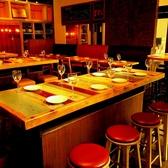 色鮮やかな木目がおしゃれなテーブル席は8名様からご利用できます♪イタリアンを囲んでわいわいお食事をお楽しみください♪
