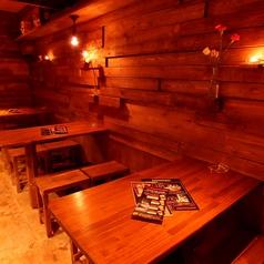 2~4名様用のテーブルは3つございます!2名様でのご利用は大歓迎!ご友人同士でワイワイ、会社の同僚としっとり語り飲み、デート利用等様々なシーンでご利用下さい★