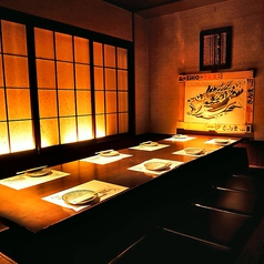 大正ロマン溢れるテーブルと椅子の落ち着いた完全個室。最大で10名様までご利用頂けます。お子様やご年配の方をお連れのお客様にも大変ご好評頂いております。