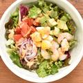 料理メニュー写真海老とアボカドの彩りコブサラダ