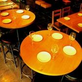 可愛らしい丸テーブルを囲んでのお食事はご友人や同僚の方々とのサク飲みにも◎