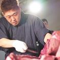 【職人の技】厳選食材を職人が真心込めて調理※写真はマグロの解体
