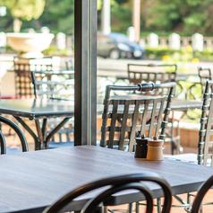 窓際テーブル席。外を眺めながらゆったりと食事をお楽しみ頂けます。