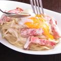 料理メニュー写真濃厚クリームの温玉カルボナーラ