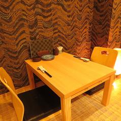 【掘り炬燵個室】プライベートな空間を意識した少人数様向けのゆったり個室。他のお客様の視線を気にせずに、思い思いの過ごし方ができます。