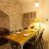 当店の当店入り口すぐのテーブル席は、落ち着いた木目調のテーブルとレンガの柱が調和してとってもオシャレ!最大6名様までご利用可能なお席です。