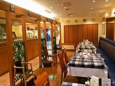 店内は天井も高く解放的!テーブルをくっつければ大人数にも対応できます!