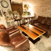 アンティーク製の重厚感のあるソファーは座り心地抜群!会社帰りや、女子会、合コンなどお話も弾みます♪ あまりの居心地の良さに、帰りたくなくなるかも!?
