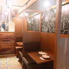 1階は半個室タイプ。1~2名様向けでゆったり会話とお食事をお楽しみいただけます。チョットした空き時間にも、お気軽にお立ち寄りください。