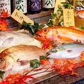 美味しいお魚をお客様にお届けするために、毎朝水揚げされたばかりの鮮魚を市場より仕入れております。魚料理をお刺身、焼き物、煮物など様々な形でお届け致します。