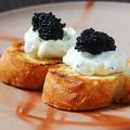 料理メニュー写真キャビアとクリームチーズのブルスケッタ