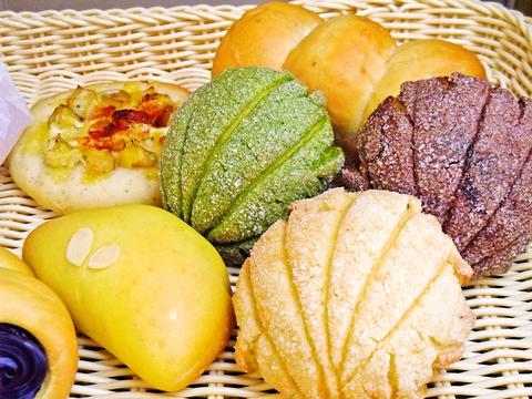 国内産小麦と天然酵母を使用して手ごねで焼き上げるパンと、季節の惣菜を味わえる。