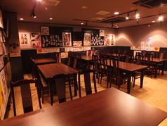 [テーブル席(大部屋)]1席 5~6名でご利用頂けます。知人・友人等の仲間内で、ご家族でと様々なシーンでご利用いただけます。美味しいお料理とドリンクを広いテーブルに囲めば心もお腹も大満足です。