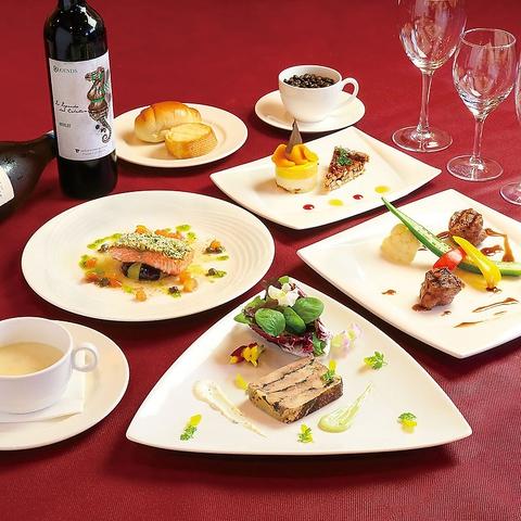 プラザハウス内3階の人気レストランケニーズ。コース料理やステーキが自慢!