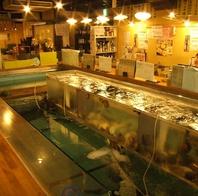 店内中央には鮮魚が沢山入った大きな生簀有り。