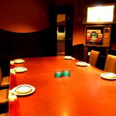 【8名様用 テーブル個室】無料サービスのカラオケが付いているお席となっております!飲んで、歌って楽しめる♪二次会にもお使いいただけます!