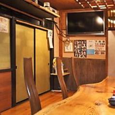 雰囲気の良い木のテーブルのカウンター席