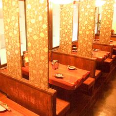 新宿の街を見下ろす窓儀はのテーブルは外のネオンが素敵♪分厚い白木の温もりが伝わります★