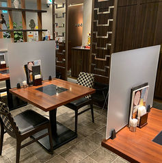 新型コロナ感染予防対策としてテーブル席にパーテーションを設置いたしました。