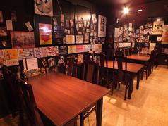 [テーブル席(中部屋)]1席 2~6名でご利用頂けます。知人・友人等の仲間内で、ご家族でと様々なシーンでご利用いただける個室です。美味しいお料理とドリンクを広いテーブルに囲めば心もお腹も大満足です。