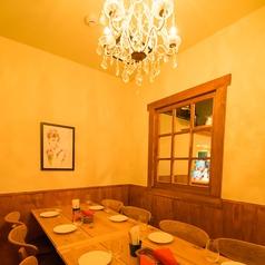 5~8人向けのシャンデリア付個室です。周りの目を気にすることなく、女子会やプライベートのパーティをお楽しみいただけます。