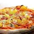 料理メニュー写真たまねぎとベーコンのピザ