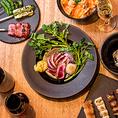 焼き鳥の他、一品、鴨料理、サラダ、デザートなど厳選した素材にシェフがひと手間加えて旨みを存分に引き出した料理の数々。