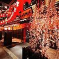 店内の朱色の橋としだれ桜がお客様をお出迎え致します。店内は、名駅徒歩3分の立地にありながら、京の町に迷い込んだような特別空間が広がります。全席個室席をご用意し、ソファ席、掘りごたつ席、テーブル席と豊富にご用意したお席は様々なシーンに対応可能です。静かな空間が大切なお席にも安心してご利用いただけます。