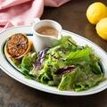 料理メニュー写真焼きレモンのグリーンサラダ