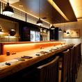 上品な和モダンテイストのカウンター席。カウンター端には本日おすすめの日本酒を冷やしており、いつでも冷えた日本酒が楽しめます。日本酒バルのような遊び心のあるカウンター席で、食の都・紀州の美味しいお料理と日本酒のペアリングをお楽しみください。※夜は8席のみお座り頂けます。