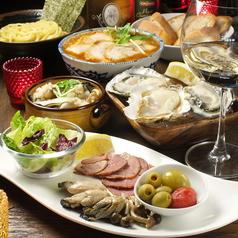 女子会はこちらのテーブル席がオススメ♪牡蠣ソムリエ厳選の牡蠣と一品一品こだわったオリジナルのサイドメニューをご堪能ください。広々したテーブル席なので、ゆったりおくつろぎ頂けます。