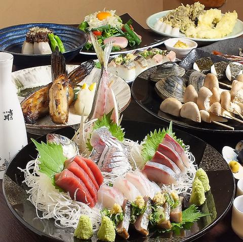 採れたての新鮮素材が並ぶカウンター。野菜、魚貝など、様々な食材を炉端焼きでご提供
